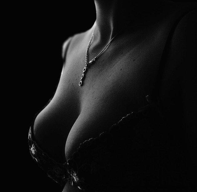 Comment se déroule une opération d'augmentation mammaire ?